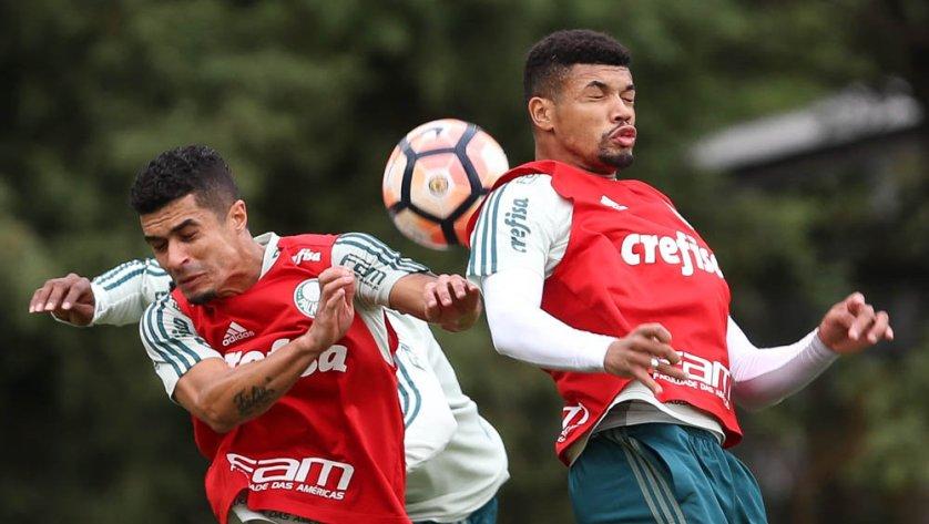 O zagueiro Juninho participou do trabalho técnico no gramado. (Cesar Greco/Ag Palmeiras/Divulgação)