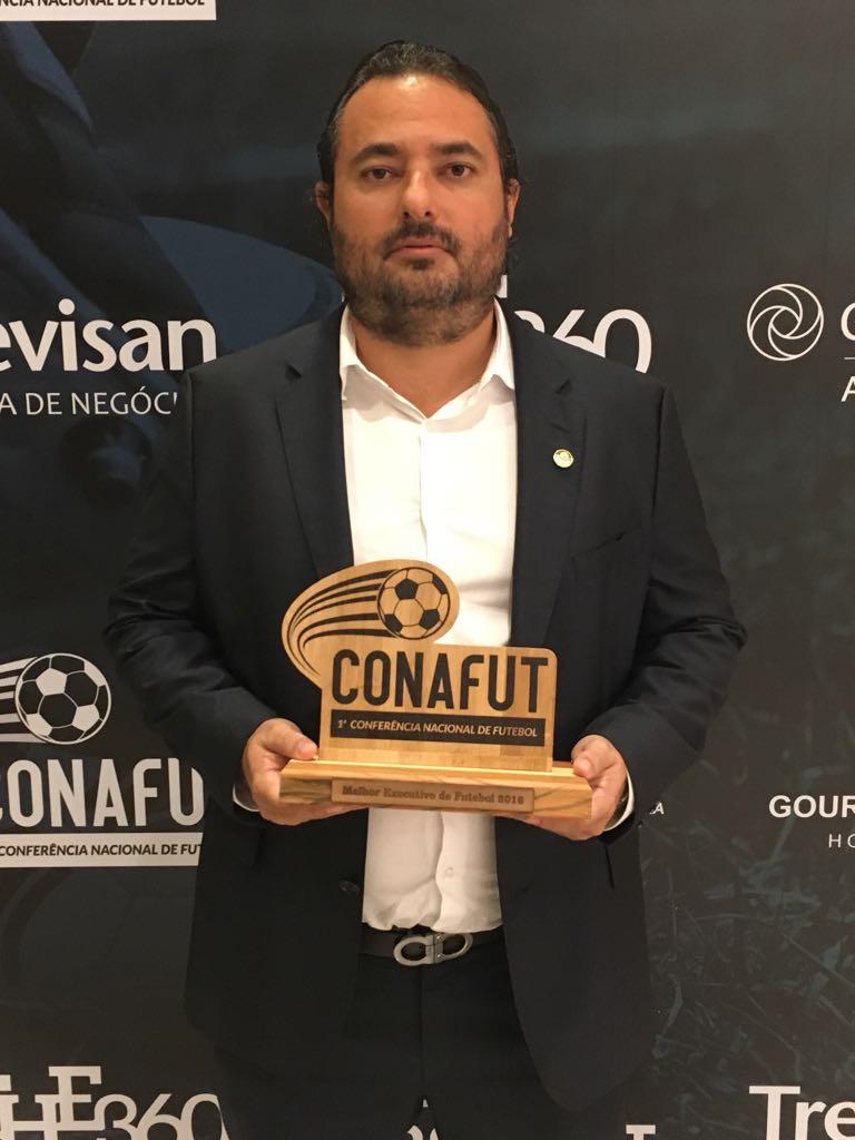 Alexandre Mattos recebeu prêmio na Conferência Nacional do Futebol. (Divulgação)