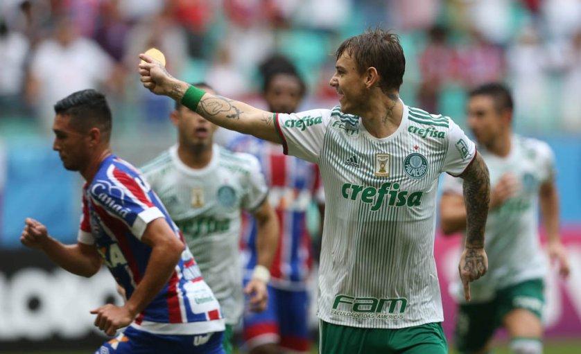 De pênalti, Róger Guedes deslocou o goleiro e abriu o placar para o Verdão. (Cesar Greco/Ag Palmeiras/Divulgação)