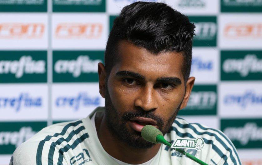 O volante Thiago Santos falou com a imprensa nesta quinta-feira (17), na Academia de Futebol. (Cesar Greco/Ag Palmeiras/Divulgação)