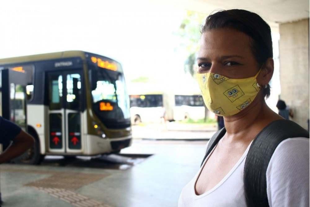 Brasil. Brasilia - DF. Cidades. Pessoas que passaram a usar o transporte publico devido a alta da gasolina. Mayara Cesar de Souza, esta andando de onibus para economizar