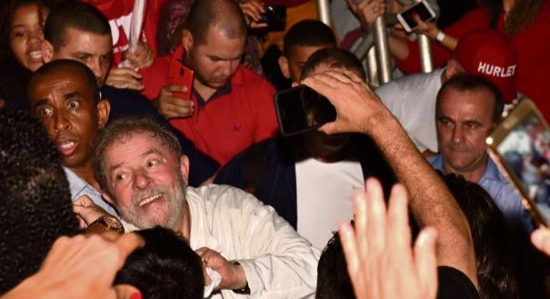 Apoiadores de Lula aproveitaram para fazer selfies