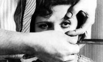 """Em """"Eduardo Peñuela, mestre de intensas poéticas"""", Dulcilia H. Schroeder Buitoni retoma a trajetória acadêmica de Eduardo Peñuela Cañizal desde sua formação na Faculdade de Filosofia, Letras e Ciências Humanas da USP, até sua entrada como professor na então criada Escola de Comunicações Culturais, em 1968. Por meio das aulas, orientações e pesquisas, além da publicação de inúmeros artigos e da colaboração para a criação e consolidação da pós-graduação da Escola de Comunicações e Artes da USP, vemos o caminho de um pensador, intelectual e companheiro de muitas jornadas, instaurador de um campo de pesquisa em imagens que o acompanharia até seus textos mais recentes."""