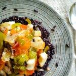 Arroz negro salvaje con calamar y verdura