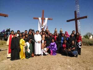 GALERÍA: PARROQUIA SAGRADA FAMILIA LLEVA A CABO SU VIACRUCIS