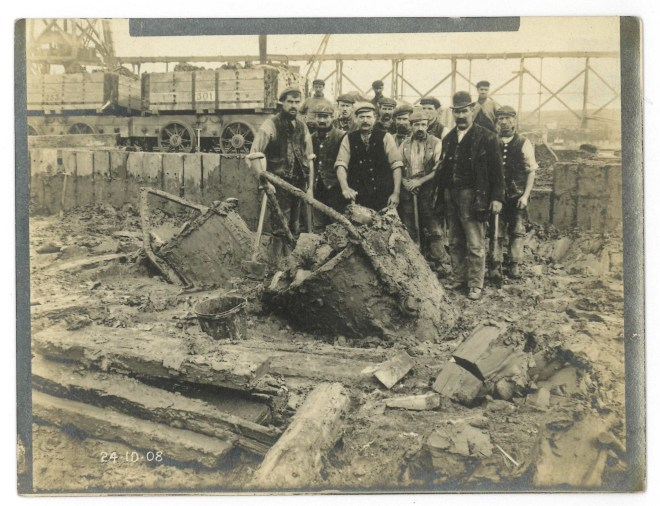 Construction workers at Port of Newport 1908(1)