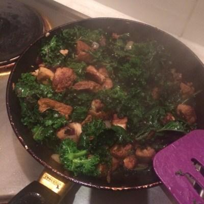 Frying pan with kale and tofu midorigreen.co.uk