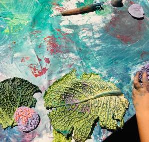 Midorj è green e propone un laboratorio che invita i bambini a riflettere sul tema del riciclo e del riuso creativo. Si possono così scoprire le perfette geometrie della natura, sezionando le verdure, utilizzandole come timbri e calcandole, per averne anche il negativo, con una speciale gomma siliconica atossica (by Rescimica).