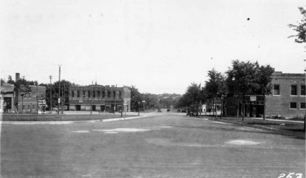 Westport Road and Broadway in 1915. Courtesy Kansas City Public Library Missouri Valley Special Collections.