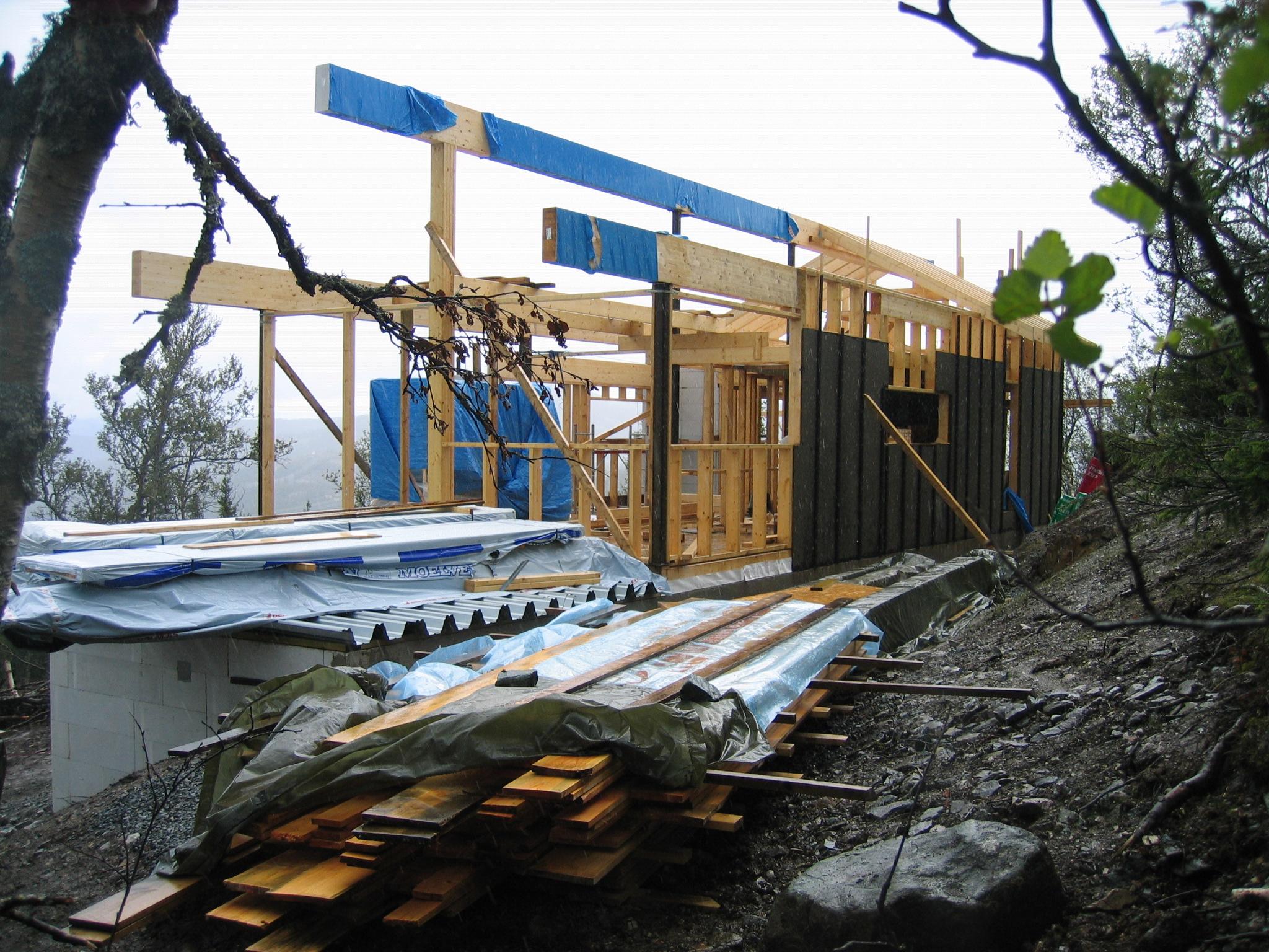 Når taket tar form, tar også bygget form. Ikke lenger planker i alle retninger, men en bygning...