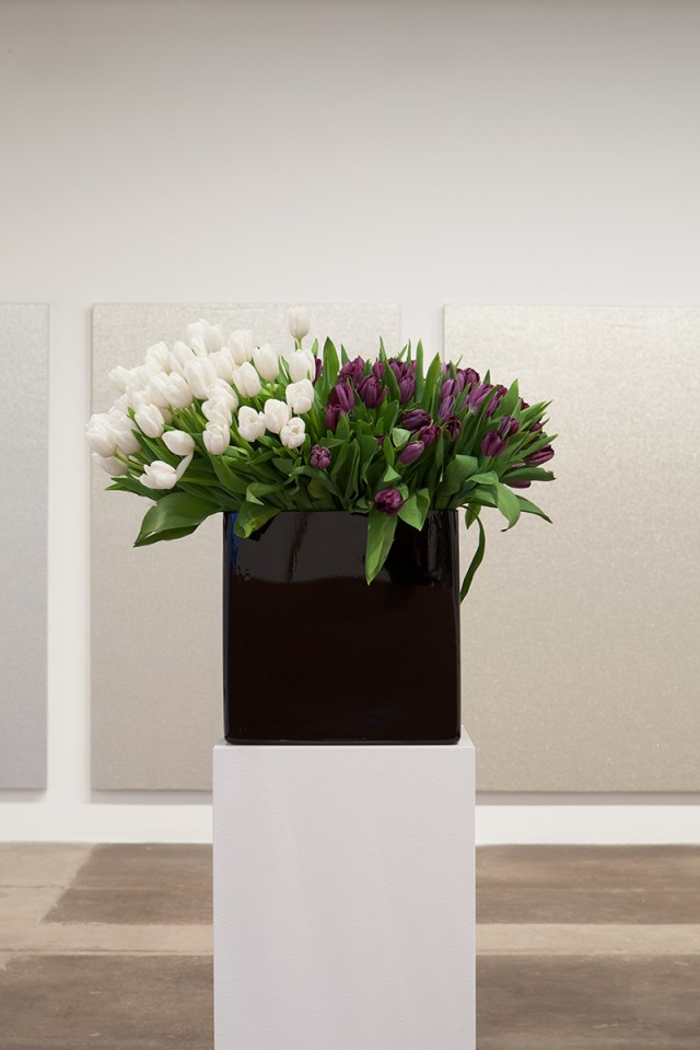 Willem de Rooij, Bouquet VI, 2010. 100 white and 100 black tulips, black vase, white base. As interpreted by Liz Bastian and Heidi Skoog. Courtesy the Stedelijk Museum Amsterdam; acquired with the generous support of the Mondriaan Fund, 2011.