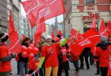 2013-11-18-glogowianie-moga-juz-wybierac-rodziny-marsz-na-rynku@Wroclaw-fot.D.Jeczmionka-01-