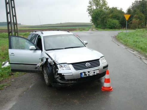 2014-09-24 - kradziony saochód-głogowska policja-rozbity samochód-Głogów-num