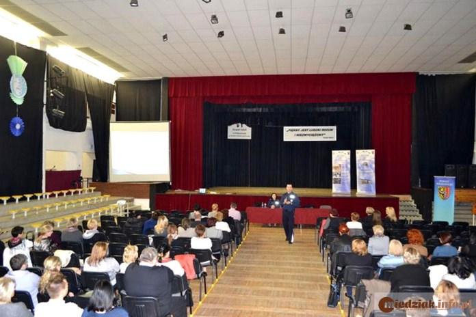 19.02.2016 r. Polkowice, zajęcia dot. reagowania na zagrożenie terrorystyczne, przedstawiciele placówek oświatowych