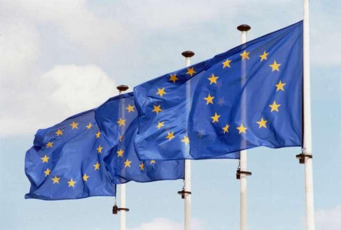 ZDJĘCIE: flagi Unii Europejskiej na wietrze