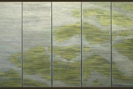 De Verdronkenen (2003-2008). Vijf panelen met de namen van alle 1836 slachtoffers van de Watersnoodramp van 1 februari 1953. Monumentaal werk van Miep van Riessen in acryl en garens op doek - 134 x 236,8 cm. StichtingMiepvanRiessen foto © Jan van de Ven 4190x2440 pixels