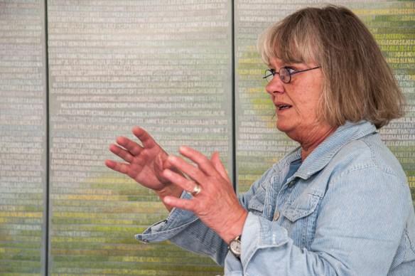 miep van riessen geeft uitleg over haar werk 'de verdronkenen' tijdens kunstmanifestatie 'kunstschouw' op schouwen