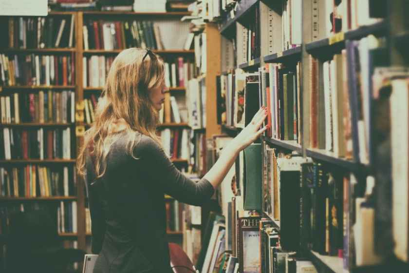 Beitragsbild: Vergiss Smalltalk! Zeige dein Bücherregal