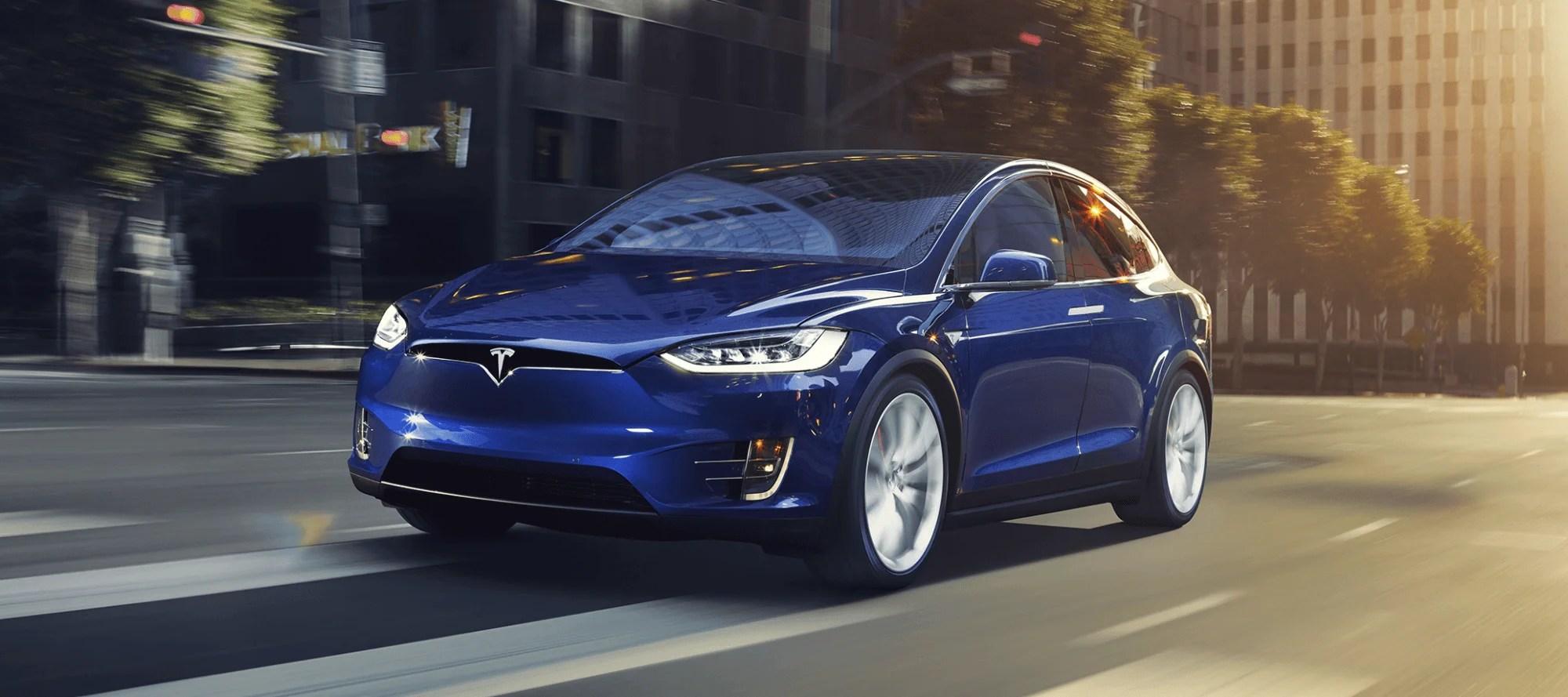 Tesla Model X mieten in blau mit elektrisierdendem Fahrverhalten