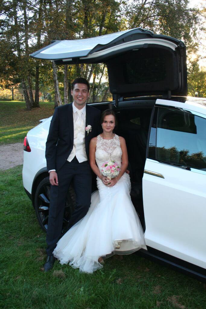 Tesla Model X 100D mieten in Freiburg als Hochzeitsauto Brautpaar unter Flügeltür