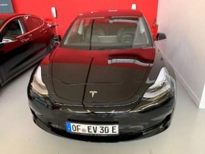 Tesla Model 3 mieten in Frankfurt schwarz vorne