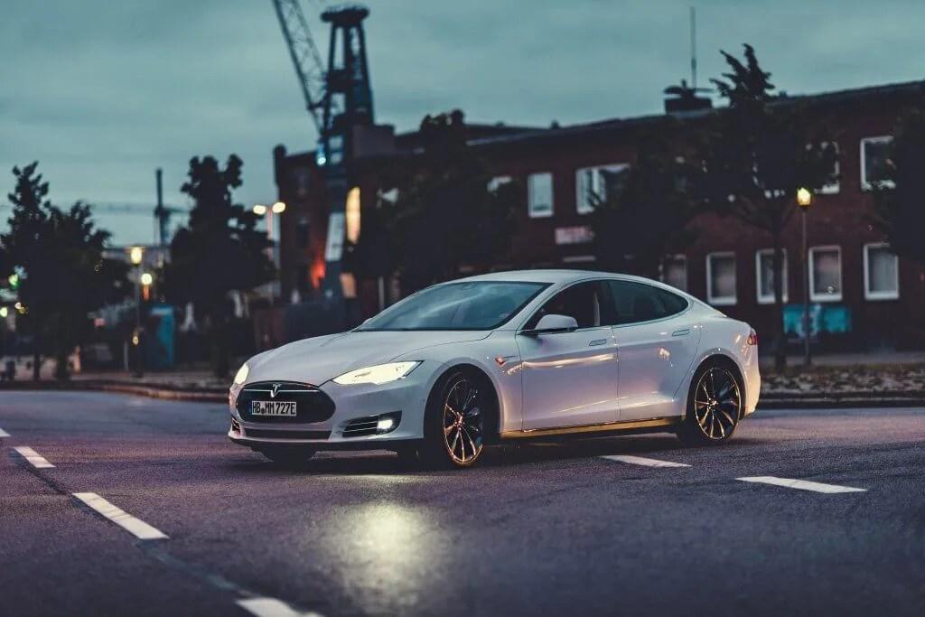 Tesla Model S85 mieten in Bremen schräg bei Nacht