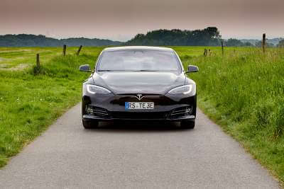 Tesla Model S 75d mieten in Köln vorne