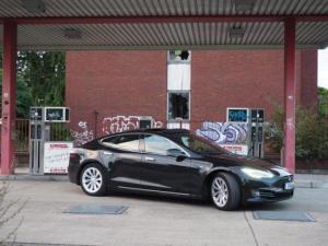 Tesla Model S 90D mieten in Düsseldorf schräg vorne