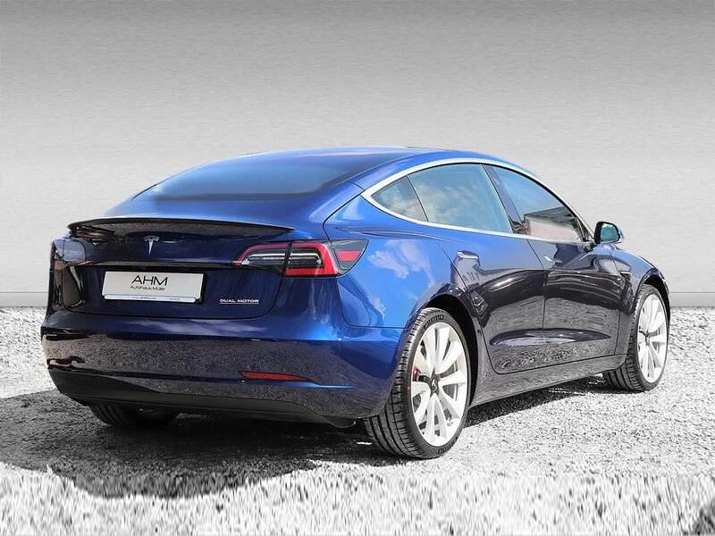 Tesla Model 3 mieten in Freising blau hinten