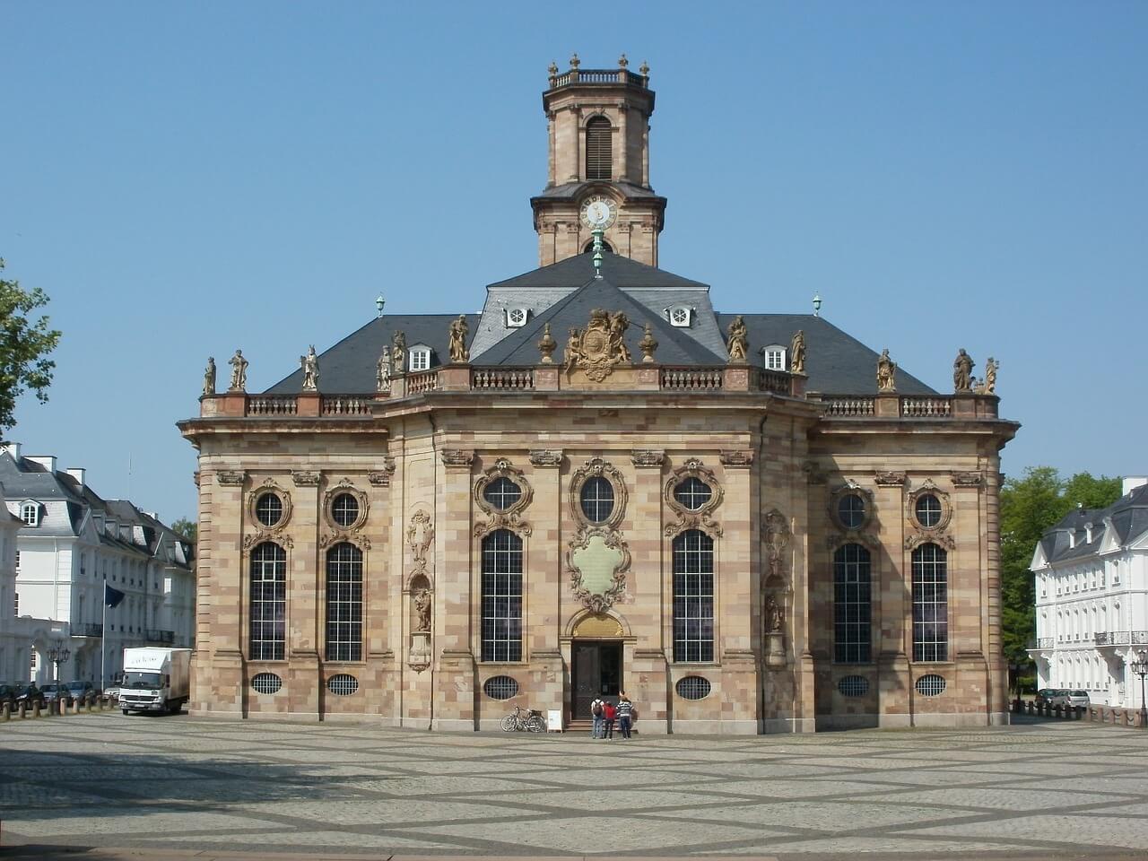 Tesla mieten Saarbrücken Kirche
