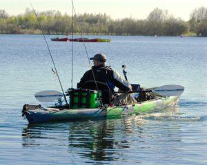 Pêcheur sur son kayak de pêche