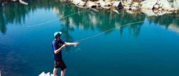 pêcheur à la mouche bord rivière