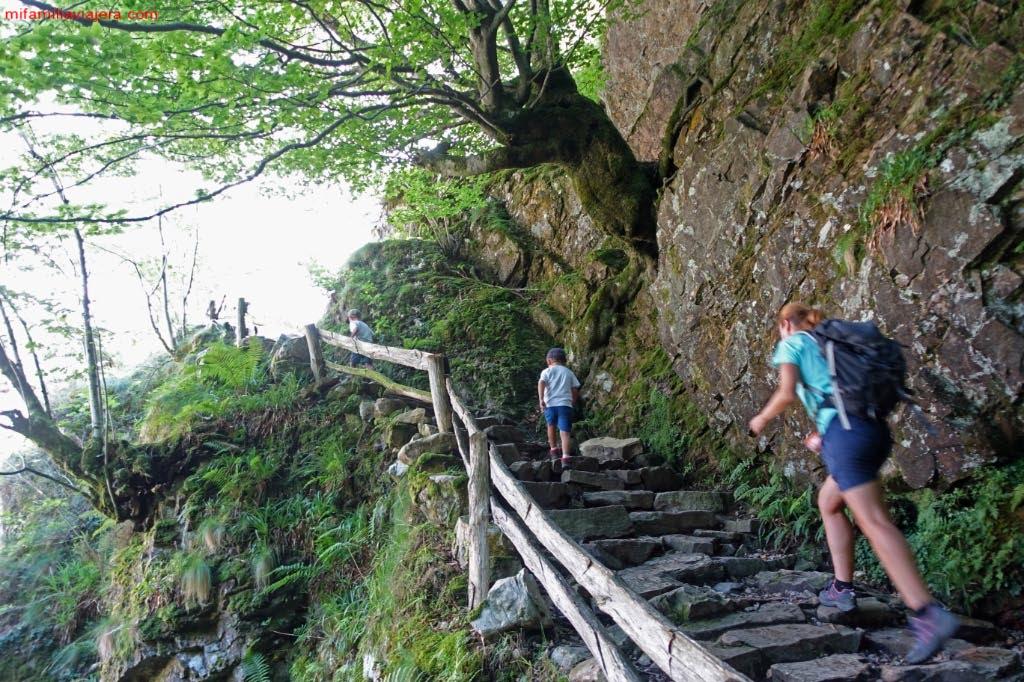 Escaleras de acceso al desfiladero