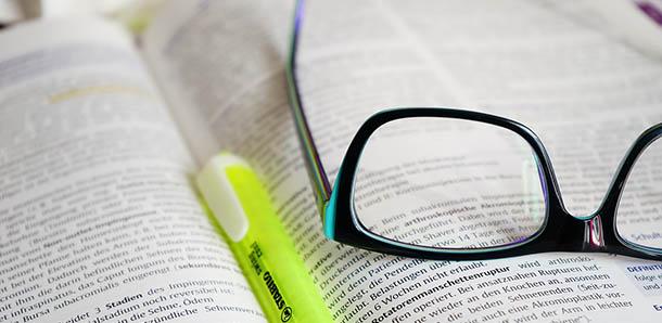Kacamata di atas buku