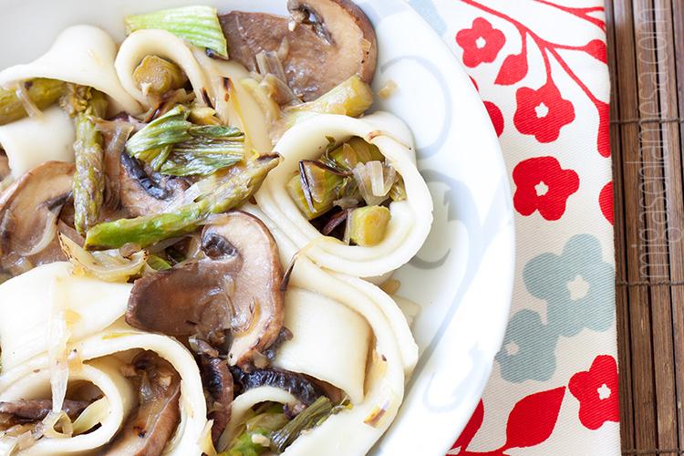 Noodles de taro con verdura y aderezo de soja, veganos