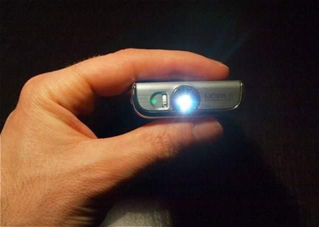 Samsung-I7410-pico-projector