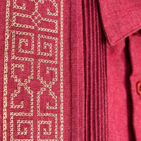 Guayabera bordada guinda