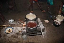 interior-choza-masai-comida -típica