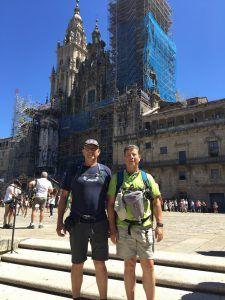 Con mi hermano Javi delante de la Catedral de Santiago.