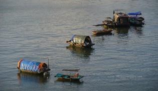 Habitations flottantes de l'Ile de Cat Ba, dans la Baie d'Halong