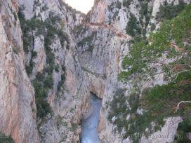 Congost de Mont-rebei, hors d'eau, en octobre 2007. L'ancien chemin, taillé dans la paroi, est visible une centaine de mètres en dessous du chemin actuel.