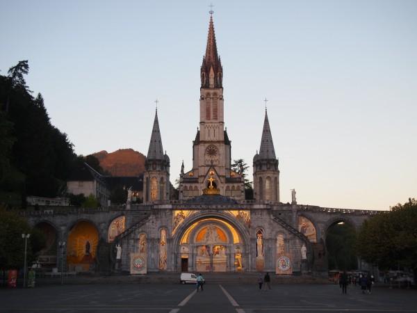 ルルド大聖堂。フランスルルド、マリア様出現。奇跡の水、朝の大聖堂