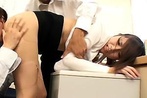 橘ひなた スレンダー美人の新人OLは男子社員の性欲処理係!求められると断れず美脚のパンスト破られクンニにバックで激突き