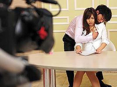 瑠川リナ 美人すぎる新人女子アナがカメラの前で恥ずかしすぎる愛撫!羞恥姿を報道されてしまう!の画像です