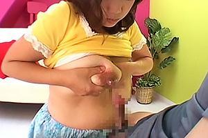 巨乳美人のおっぱいママの授乳プレイ!優しい笑顔で見つめられて母乳を飲んで絞り出た母乳をちんぽにぶっかけパイズリ