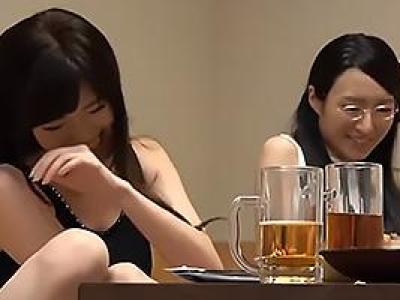 居酒屋で見つけたメガネの真面目系奥さんと派手な美人妻を口説き落としセックスに持ち込むの画像です