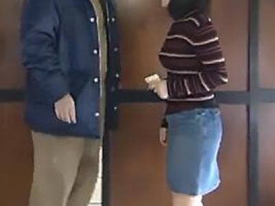 平井ゆきな 服を脱衣してブリーフからはみ出したフル勃起義父ちんぽをフェラする娘!の画像です