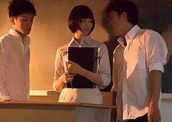 西田カリナ 人妻になりたての新婚女教師を輪姦レイプ!アナルに指を突っ込み弄ぶ生徒達の画像です