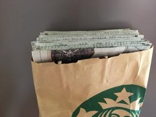 菓子袋に新聞紙