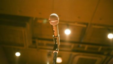 ハイトーンボイスの「トーン」のは、英語の【tone:音色】